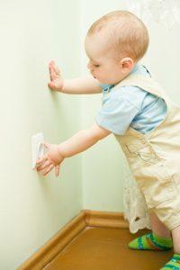 Zásah elektrickým prúdom u malých detí